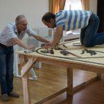 Анатолий Смышляев и Леонид Фисенко во время монтажа рельс на макет