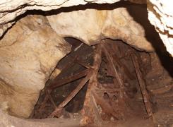 Остатки металлоконструкций в стволе шахты.