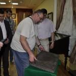 13. Борис Салтовский проверяет вес бронзовой книги
