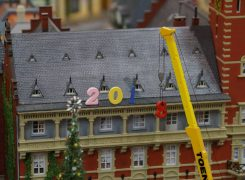 На крыше мерии идет установка цифр Нового года.