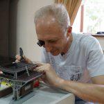 Анатолий Смышляев устанавливает очередной светодиод