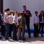 Школьники пришли на открытие нового цеха, возможно, кто то из них будет работать здесь в будущем.