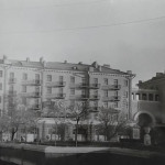 Каштановый сквер, вид на сталинку в которой располагался кинотеатр Хроника.