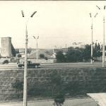 Насыпь Варваровского моста со стороны города. На заднем плане видны здания участка по производству ж/б конструкций для строительства моста.