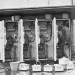 Обслуживание автоматов газированной воды. На переднем плане - емкости для сиропа.