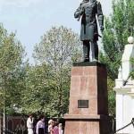 Памятник Адмиралу Макарову.