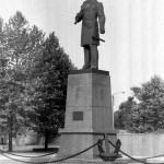 Памятник Адмиралу Макарову. Фото Дмитрия Удовицкого.