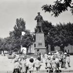 Памятник Макарову и детский сад
