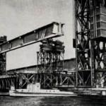 Погрузка готовых пролетных конструкций на технологическом причале у моста.