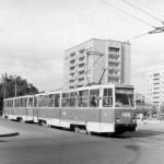 Состав из трамваев КТМ5М3 пересекает проспект Ленина по ул Декабристов