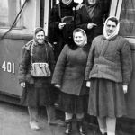 Вагоновожатая Фёдорова Антонина Семёновна (справа первая в нижнем ряду). Депо, 50-е годы. Из семейного архива В. Мельникова