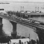"""Варваровский мост проходит рефрижераторное судно типа """"Берингов пролив""""."""