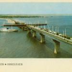 Варваровский мост проходит китобойное судно, построенное на заводе имени 61 коммунара. Открытка.