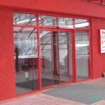 Входная группа магазина Фоксмарт. В алюминиевые фасады начали встраивать автоматические раздвижные двери