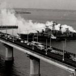Боевой корабль в створе моста - завораживающее зрелище.