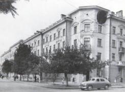 """Улица Московская, угол Б.Морской. На первом этаже располагался магазин """"ГлавХлеб"""", затем овощной, затем магазин для участников ВОВ."""