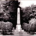 """Памятник """"героям Сиваша"""". На фото видны две таблички на лицевой части."""