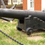 Пушка возле музея завода им. 61 коммунара.