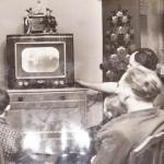 Семья у телевизора.