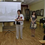 01. Елена Пономарева приветствует и дарит книги о музее