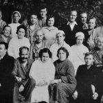 1958 год. Группа медперсонала и больные. В первом ряду (слева направо): третья - врач Винницкая, пятая - зав. стац. Очеретина.