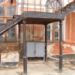Площадка на колоннах наружной чугунной лестницы в морском госпитале