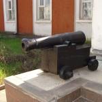 Пушка возле входа в музей им.61 Коммунара (левая)