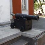 Пушка возле входла в музей им.61 Коммунара (правая)